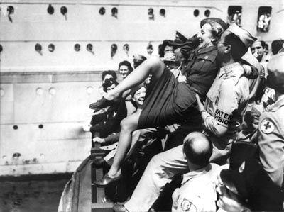 Marlene Dietrich trägt Nylon