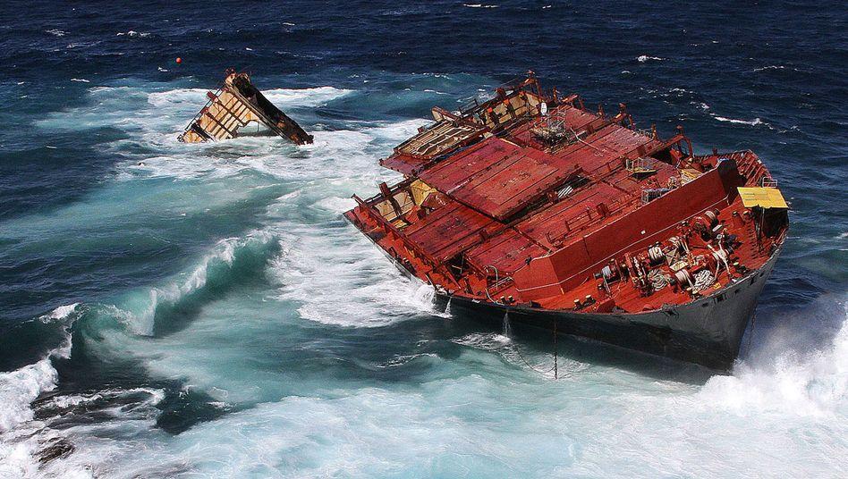 """Havarie im Oktober 2011: Die """"Rena"""" brach vor der Küste Neuseelands in zwei Teile"""