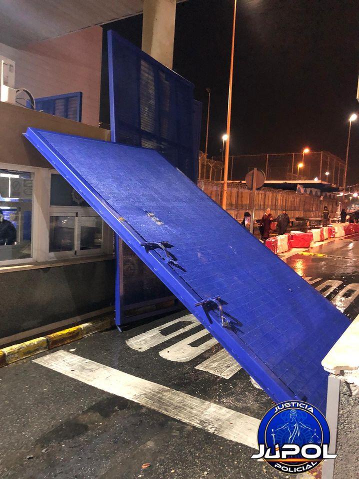 Blaues Tor der Grenzanlage, das der Transporter aus den Angeln riss