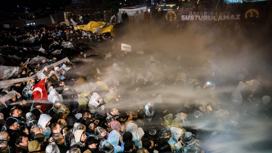"""Türkische Polizisten feuern vor dem """"Zaman""""-Gebäude mit Tränengas auf Demonstranten"""