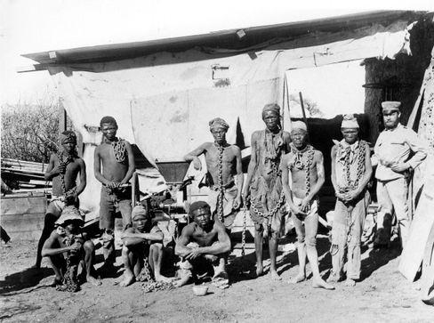 In Ketten gelegt: Ein deutscher Soldat bewacht gefangene Herero (1904)
