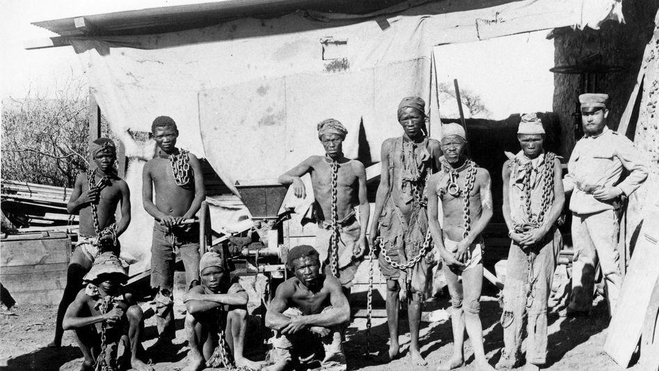 Undatierte Aufnahme von Kriegsgefangenen des Deutschen Reichs in der damaligen Kolonie Deutsch-Südwestafrika, dem heutigen Namibia