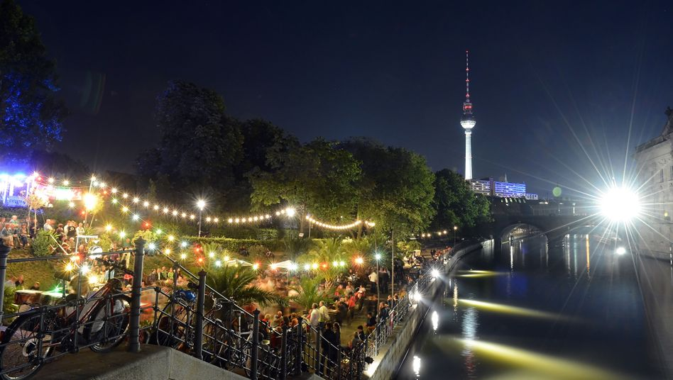 Strandbar in Berlin: Nutzer von Fitness-Armbändern messen ihren Schlafrhythmus
