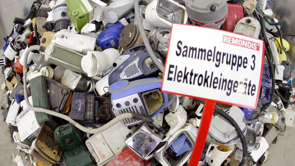 Ausrangierte Elektrogeräte auf einem Entsorgungshof (Archiv)