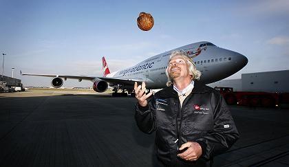 Richard Branson posiert vor einer Boeing 747: Am Sonntag flog das erste Passagierflugzeug mit Biosprit