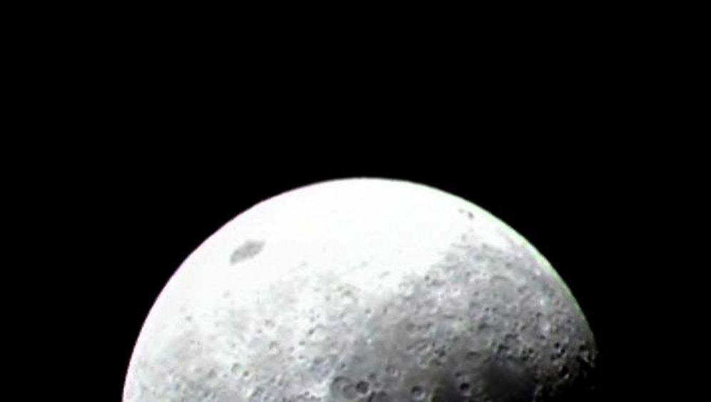 Wasser auf dem Mond: Dünne Schicht aus Molekülen
