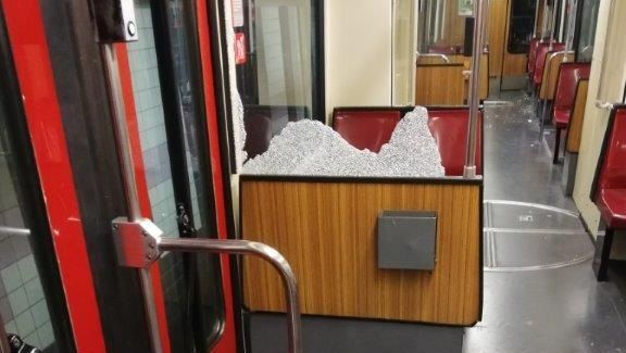 Zerstörte Scheibe in einer Duisburger Straßenbahn