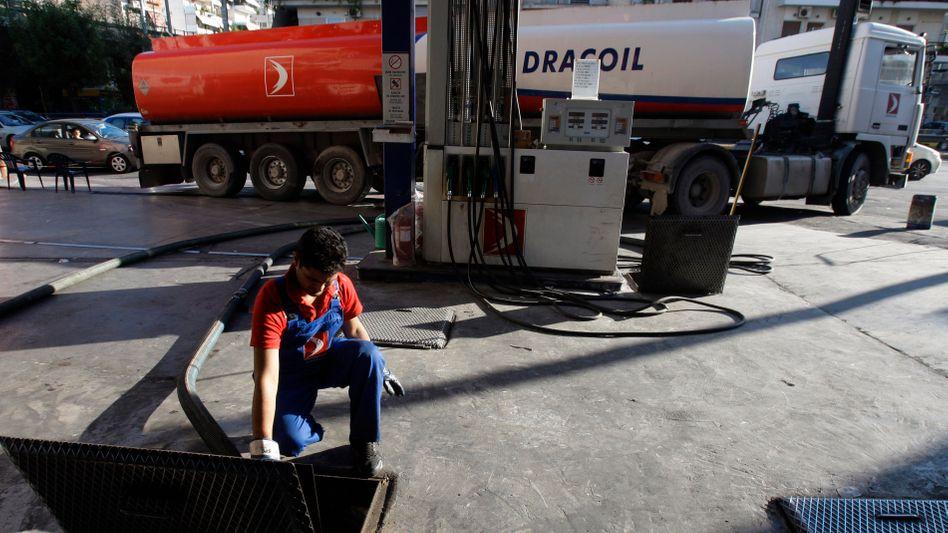 Befüllung des Benzintanks einer Tankstelle (Symbolbild 2010)
