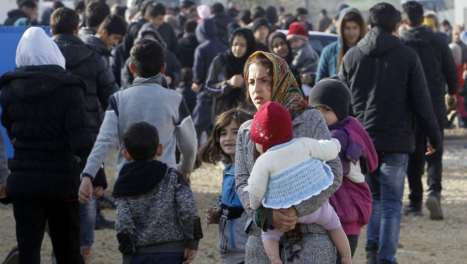 Februar 2016, Mazedonien: Hunderte von Flüchtlingen, unter ihnen viele Frauen mit Kindern aus Afghanistan, versuchen, nach Norden zu ziehen.