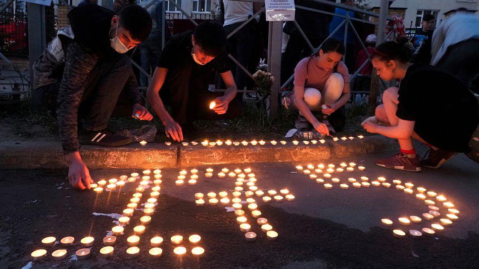 Trauernde am Dienstag vor der Schule Nummer 175 in Kasan, wo ein Amokläufer neun Menschen tötete