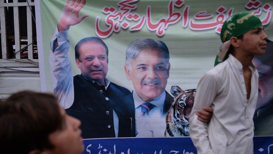 Plakat mit Ex-Premier Nawaz Sharif (links) und Bruder Shahbaz Sharif