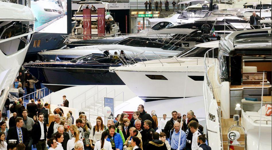 """Motorjachten und potenzielle Kunden auf der Bootsmesse """"boot"""" in Düsseldorf"""