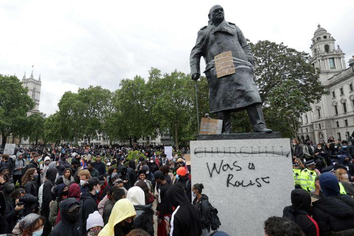 """Die Churchill-Statue war von Demonstranten mit dem Schriftzug """"war ein Rassist"""" versehen worden und ist inzwischen von einem Bretterverschlag umgeben"""