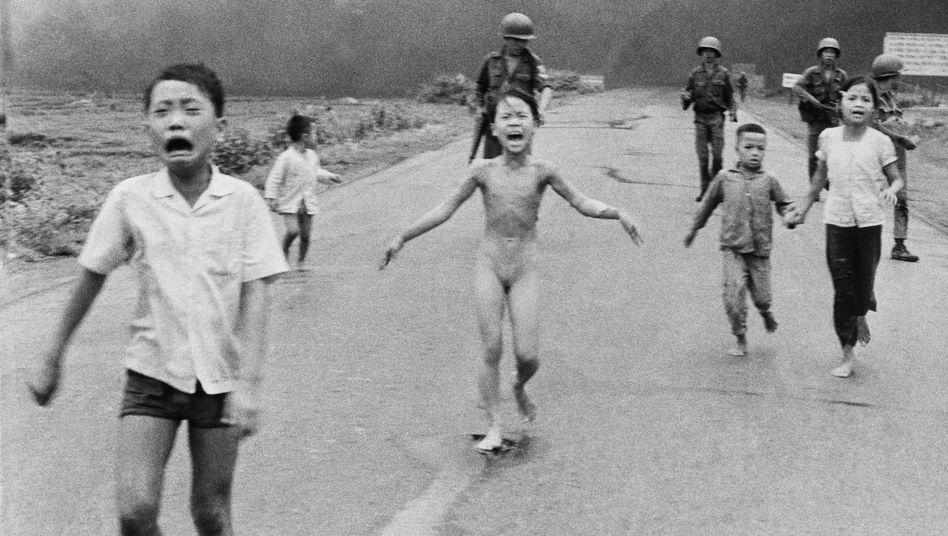 Das Mädchen Kim Phuc (Mitte) nach einem Napalm-Angriff im Vietnamkrieg (8. Juni 1972)