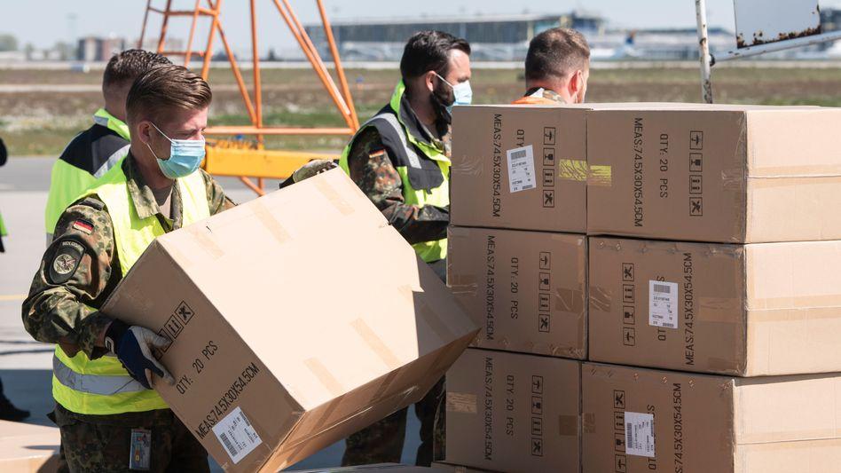 Bundeswehr-Soldaten entladen Schutzkleidung: Militärallianz Nato bereitet sich auf zweite Corona-Welle vor