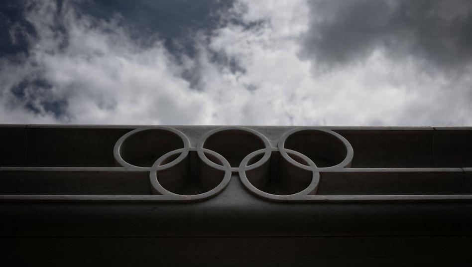 Die Olympischen Ringe am Eingang des IOC-Hauptquartiers