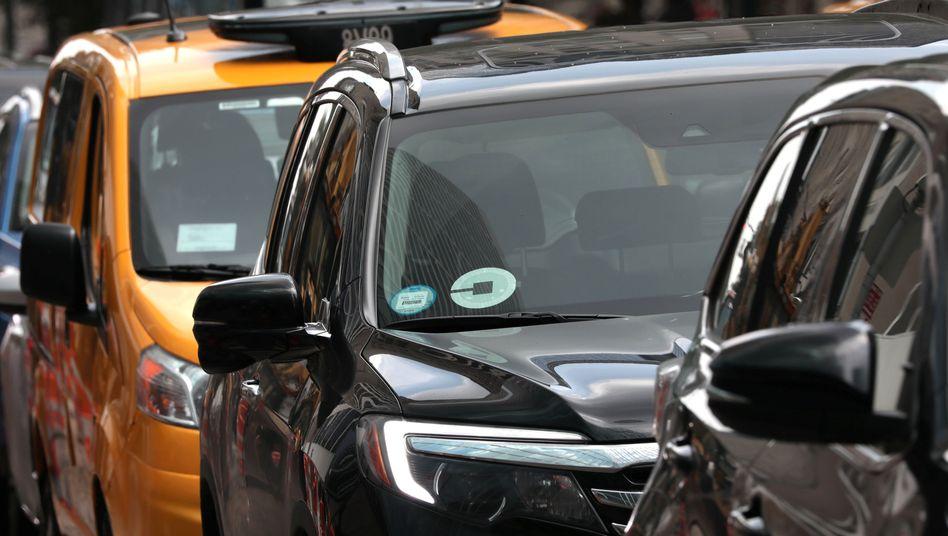 Uber neben lizenziertem Taxi im New Yorker Verkehr (Archiv)