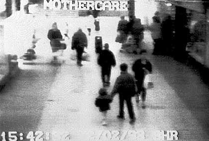 """James Bulger und seine Entführer: Dieses Bild einer Überwachungskamera wird offenbar in dem Computerspiel """"Law And Order: Double Or Nothing"""" verwendet"""