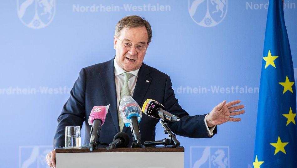 Der nordrhein-westfälische Ministerpräsident Armin Laschet knüpft seine Unterstützung für das geplante Konjunkturpaket an einen Rettungsschirm für die Kommunen