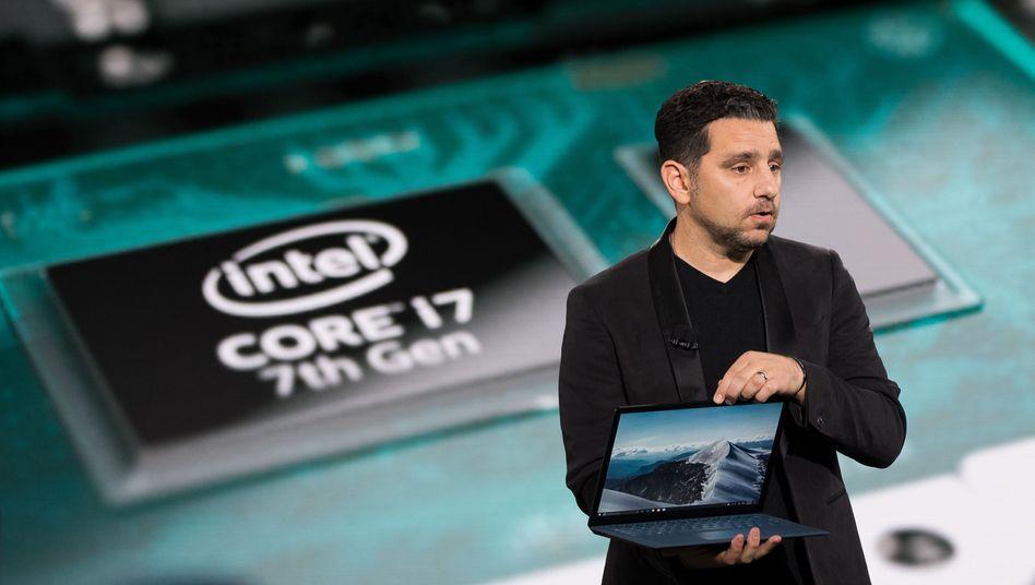 Microsoft-Manager Panos Panay mit einem Surface Laptop