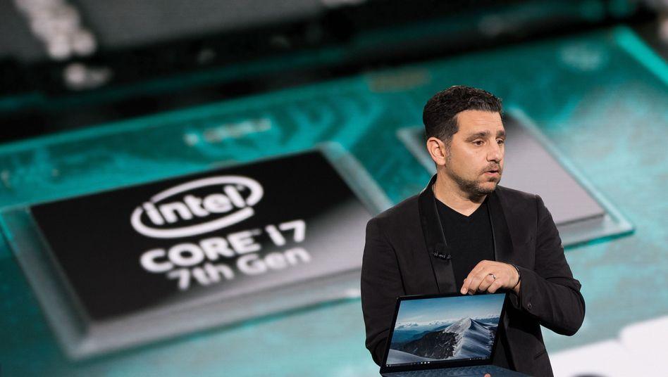 Microsoft-Manager Panos Panay zeigt das Surface Laptop
