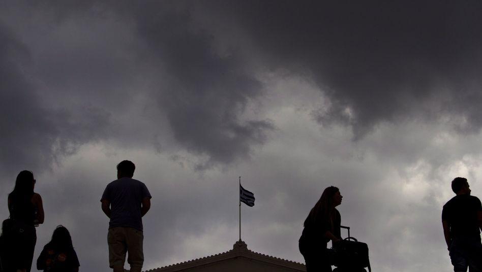 Griechen vor Parlament in Athen: Soll Griechenland über den Euro abstimmen?