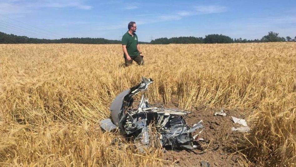"""Ein Forstarbeiter neben Trümmern eines """"Eurofighters"""" nahe Jabel"""