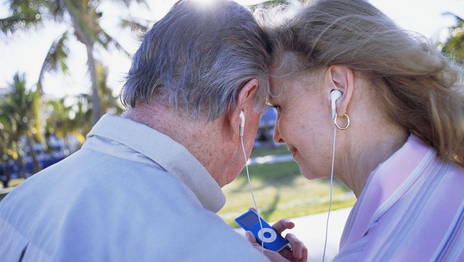 Senioren hören gemeinsam Musik: Alte Lieder bleiben trotz Alzheimer sehr lange in Erinnerung