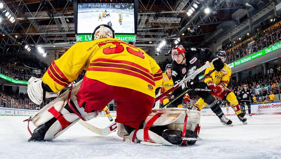Anfang März: Damals wurde noch Eishockey gespielt - hier Nürnberg gegen Düsseldorf