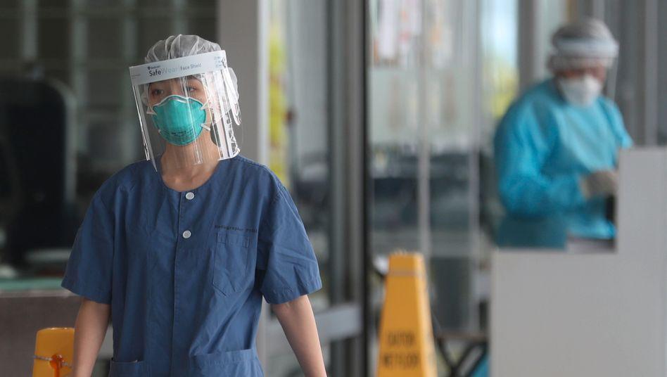 Krankenhauspersonal im Princess MargaretHospital in Hongkong: Das Virus breitet sich weiter aus