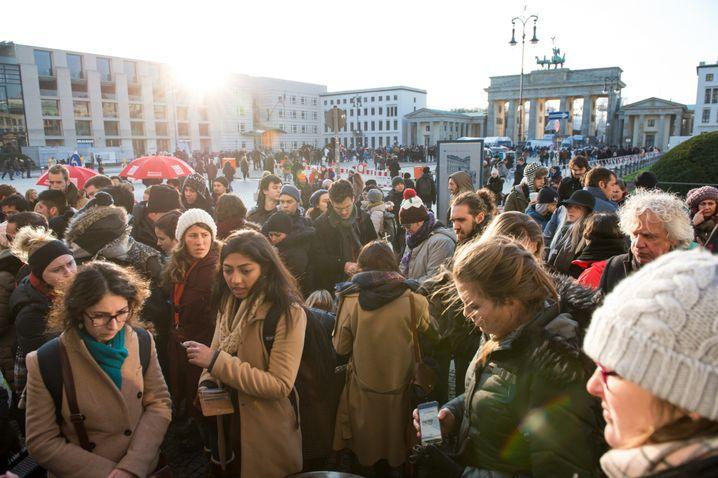 Touristen vor dem Brandenburger Tor in Berlin (Archiv)