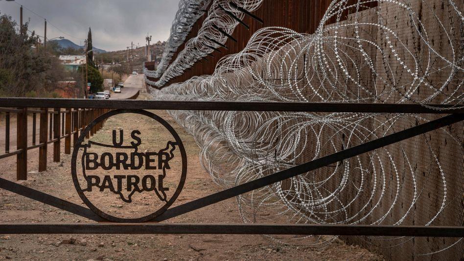 Grenzzaun zwischen den USA und Mexiko in Nogales, Arizona