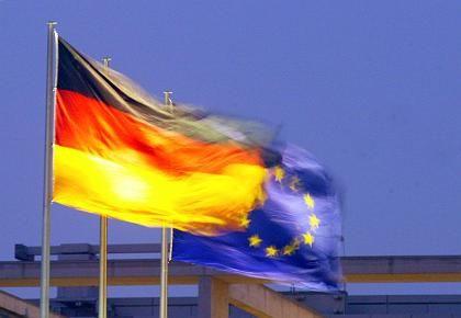 EU- und Deutschland-Flagge: Mehr Zeit für Schwarz-Rot bei Defizitsenkung