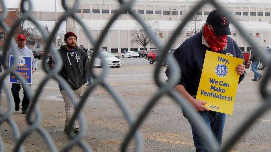 """Arbeiterproteste bei General Electric in Massachusetts: """"Hey, wir können Beatmungsgeräte herstellen"""""""
