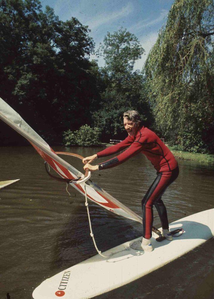 Rudi Carrell 1977 beim Windsurfen