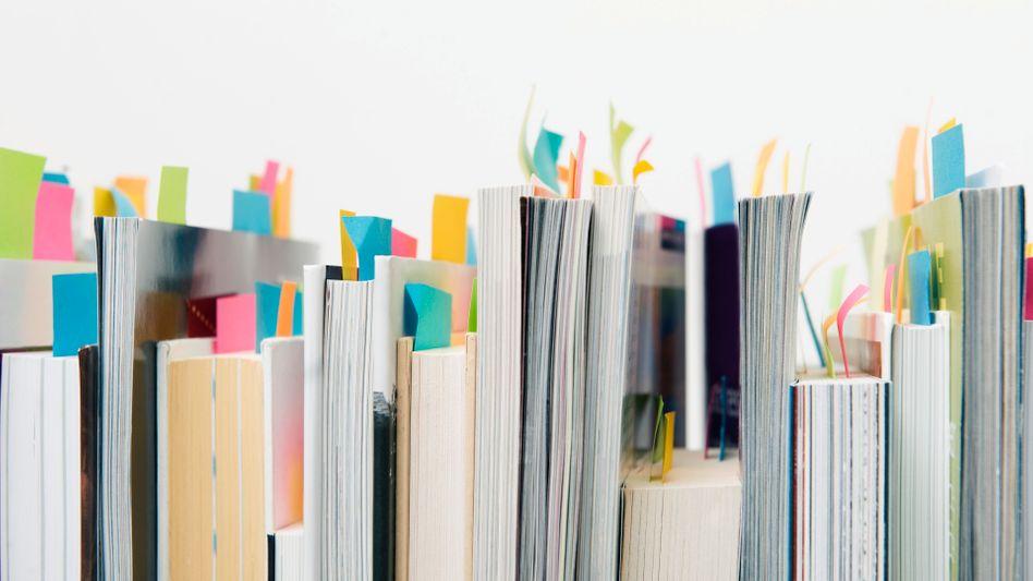 Bücher mit Notizzetteln: Im Internet ist eine ähnliche Beschriftung mit Diigo möglich