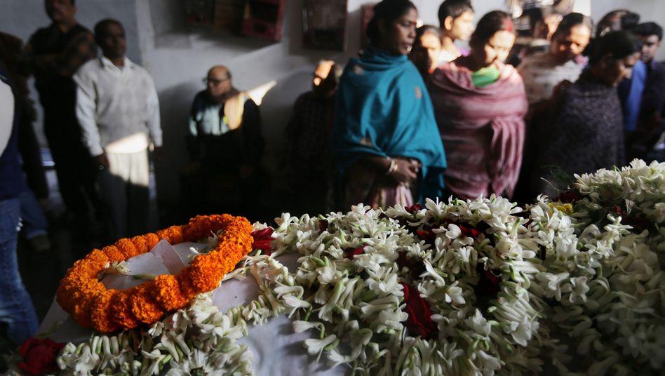 Trauerfeier für das Opfer: Brandanschlag nach zwei Vergewaltigungen