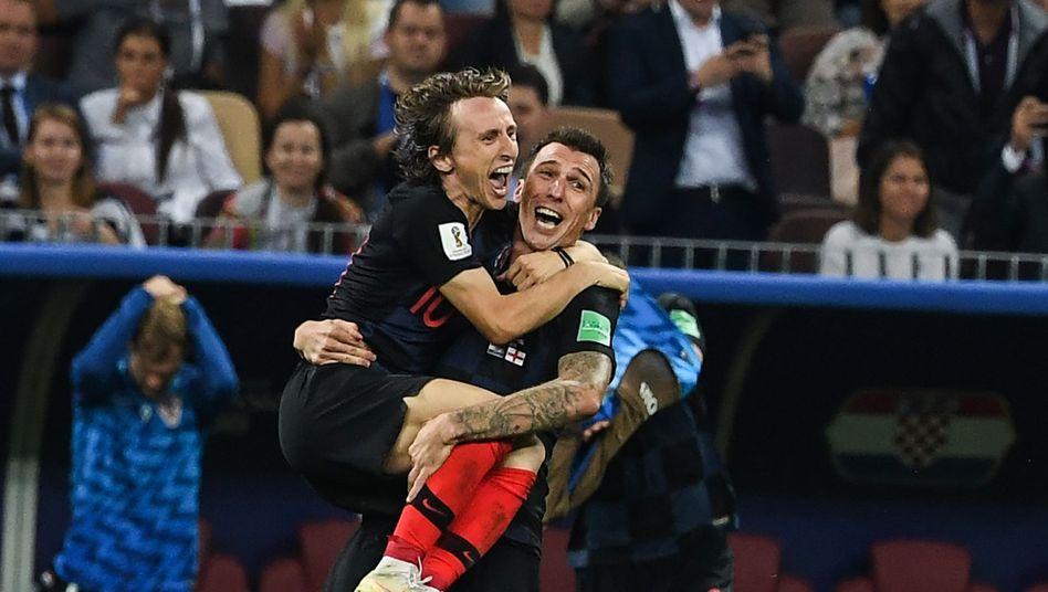 Luka Modric (l.) Mario Mandzukic