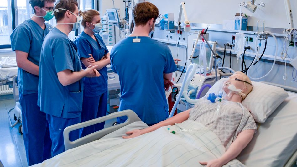 Junge Mediziner in Hamburg lernen, ein Beatmungsgerät zu bedienen