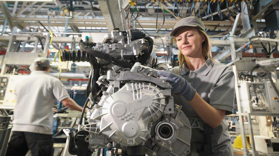 Arbeiterin in Autofabrik (Symbolbild): Wer einen Job hat, ist zufriedener