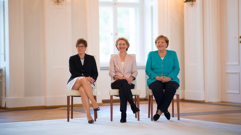 Kramp-Karrenbauer, von der Leyen, Merkel: noch nicht mal Gleichberechtigung