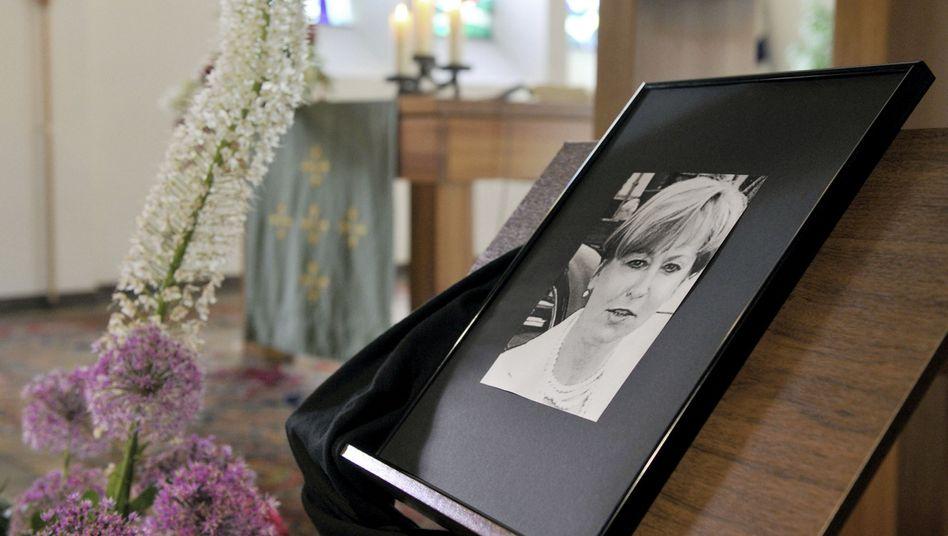 Porträt von Maria Bögerl bei Trauerfeier (2010): Vorwürfe gegen die Ermittler