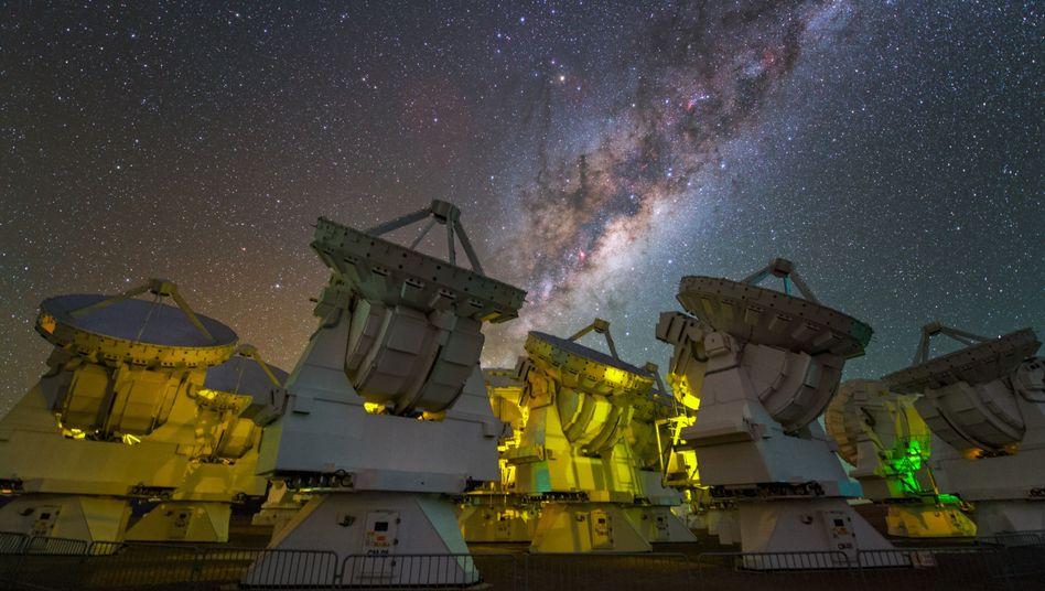 Molekülfabrik im Blick: Die enorme Empfindlichkeit der zusammengeschalteten Radioteleskope der Atacama Large Millimeter Array in Chile zahlte sich aus