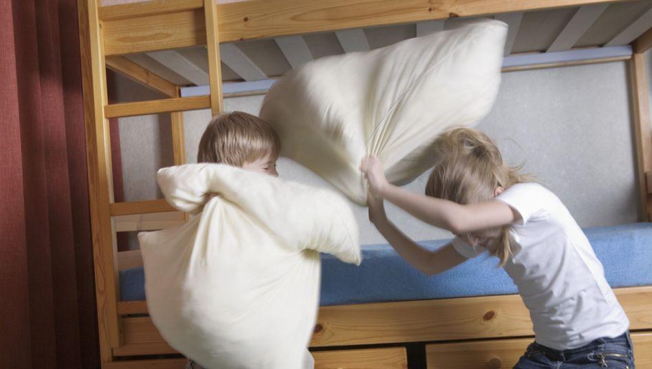 Kinder bei der Kissenschlacht: Aufmerksamkeitsstörungen werden zu oft und zu früh unterstellt