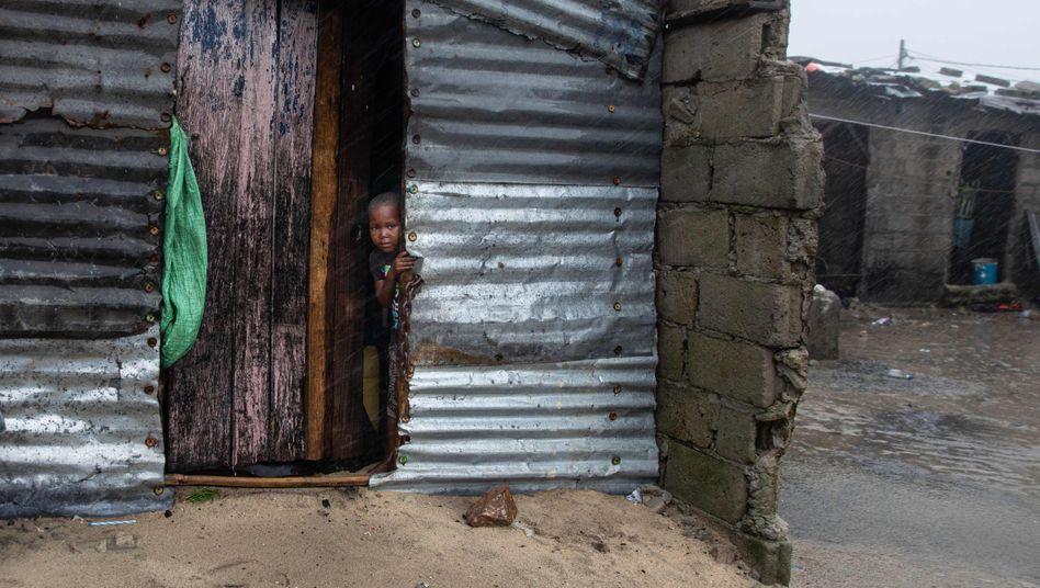 Ein Kind in einer Wellblechbehausung in der Region Praia Nova (Archivbild vom Januar)