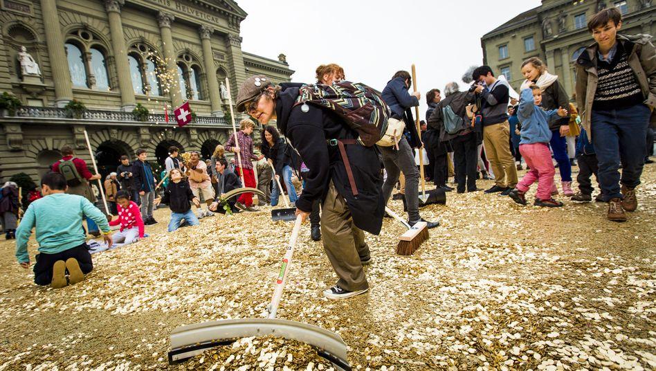 Bern, Oktober 2013: Grundeinkommensaktivisten haben acht Millionen Fünf-Rappen-Münzen vor das Schweizer Parlament gekippt