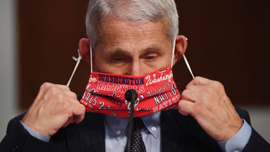 Immunologe Anthony Fauci, Direktor des Nationalen Instituts für Infektionskrankheiten in den USA, nimmt vor einer Anhörung die Maske ab
