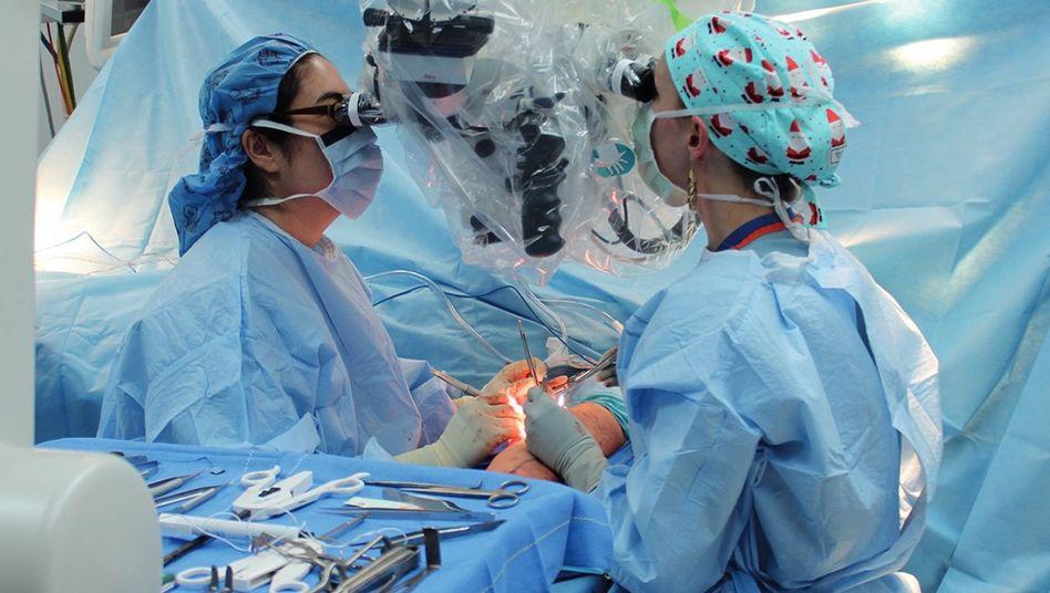 Nach der Operation dauert es drei bis sechs Monate bis zur ersten kleinen Bewegung