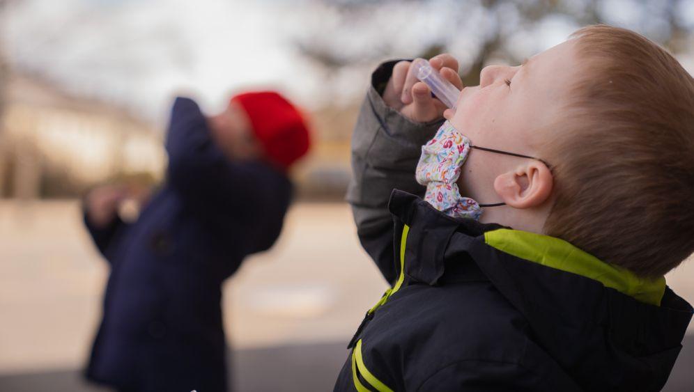 Gurgeltest: Für viele Kinder angenehmer als ein Rachenabstrich