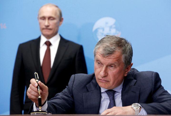 Igor Setschin (vorne) mit Wladimir Putin (Archivbild)